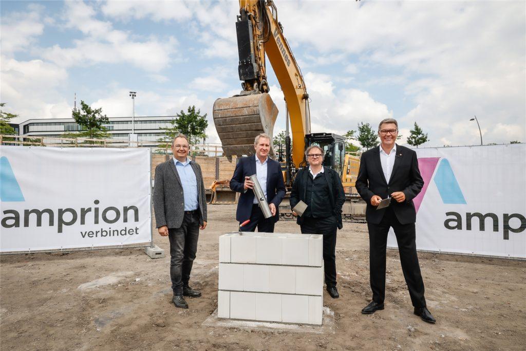 Beste Laune bei der Grundsteinlegung: Detlef Börger-Reichert, Betriebsratsvorsitzender bei Amprion, Geschäftsführer Dr. Hans-Jürgen Brick, Architekt Tohmas Schmidt und OB Thomas Westphal (v.l.).