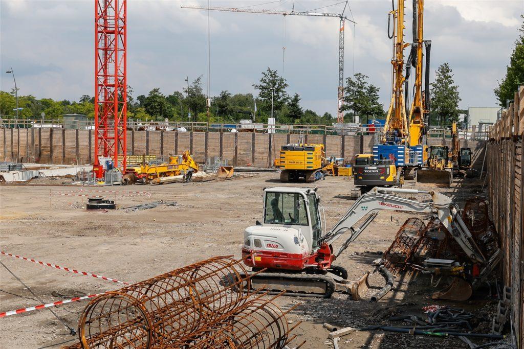 Rund 200 Arbeiter werden auf der Baustelle beschäftigt sein und 300 Betonpfähle sowie 30 Sonden in die Erde setzen.