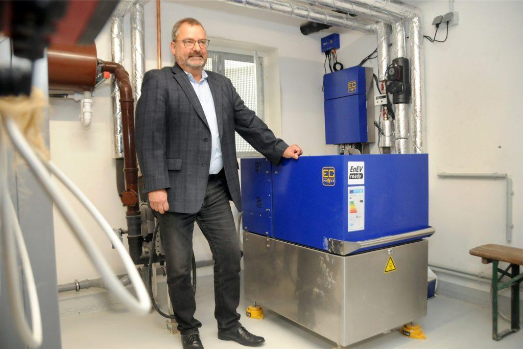 GWG-Geschäftsführer Ralf Grobe zeigt das Blockheizkraftwerk: Kaum größer als eine Waschmaschine ist das Gerät, das alle 37 Wohnheiten beheizen kann. Nur bei strengem Frost wird ein Gaskessel zugeschaltet.