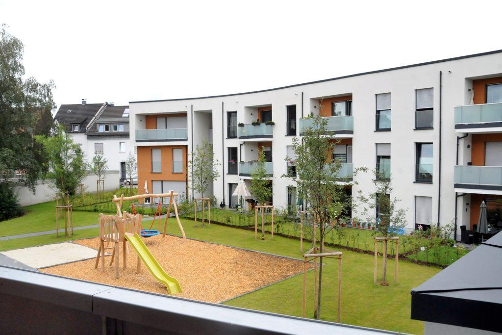 Mietergärten für die Erdgeschosswohnungen, Rasen und ein Spielplatz prägen den Innenhof zwischen den beiden Hälften des Wohnkomplexes an der Kleinen Märkischen Straße 2.
