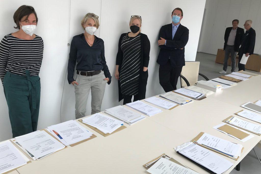 Die Jury des Tisa-Preises mit einem Teil der Bewerbungsmappen.