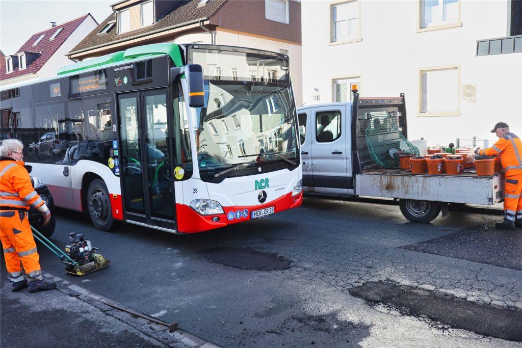 EUV-Mitarbeiter im Februar 2021 bei der Reparatur von Schlaglöchern an der Holzstraße.  Anwohner glauben, dass die Busse der HCR für die immer wieder auftretenden Schäden verantwortlich sind.