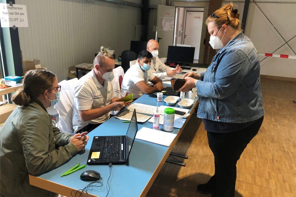 Das Team der Kassenärztlichen Vereinigung übertrug die Daten von Nadine Menker in die Computer.