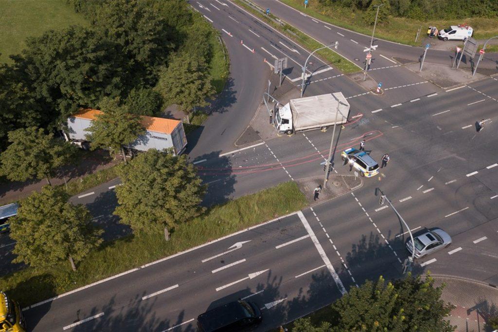 Nach der heftigen Kollision landete der Sattelzug im Grünstreifen am Straßenrand und der kleine Lkw vor dem Ampelmasten.