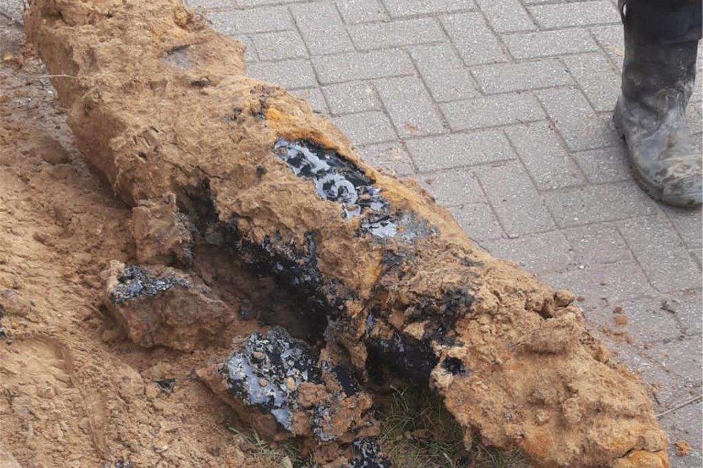 Bei der Beschädigung des Kabels ist umweltverträgliches Isolieröl ausgetreten.