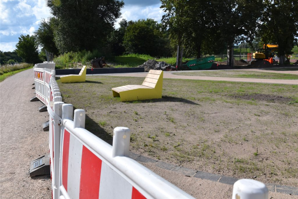 Zwei Liegeplätze sind bereits aufgebaut. Jedoch nutzen sie den Eltern auf dem Spielplatz wenig.