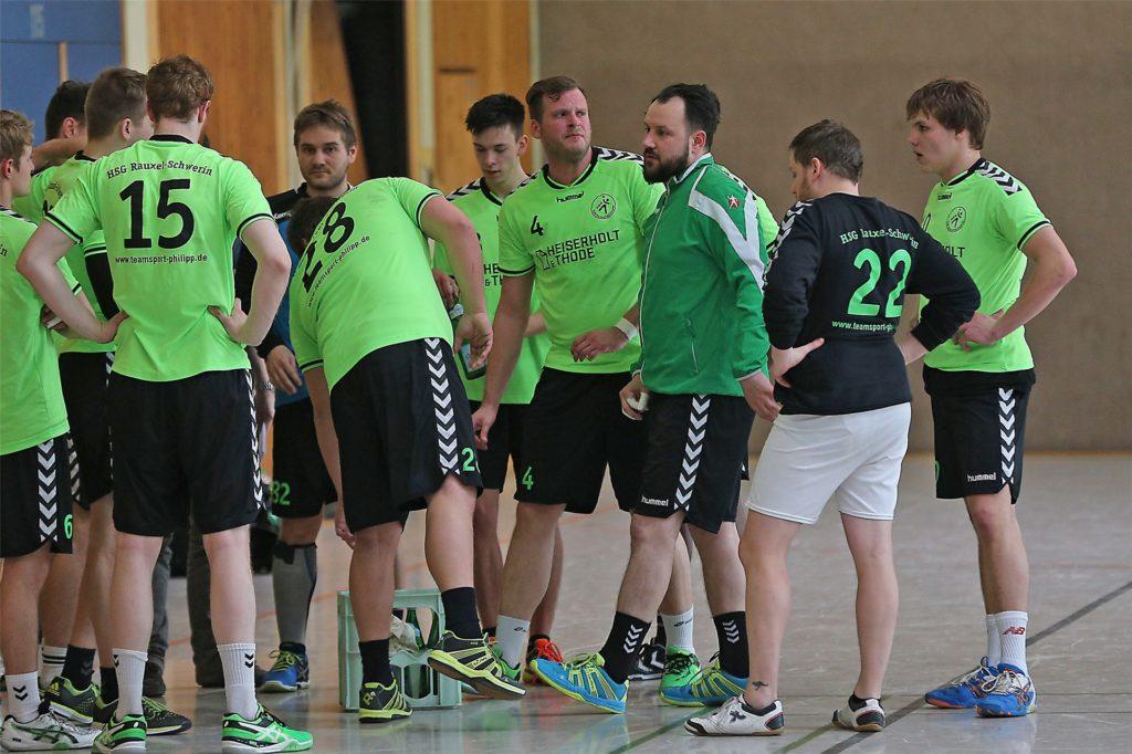 Derzeit probiert die HSG Rauxel-Schwerin in Testspielen verschiedene Abläufe aus. Was genau seine Spieler dabei einstudieren, behält Coach Sebastian Clausen wohlweislich für sich.