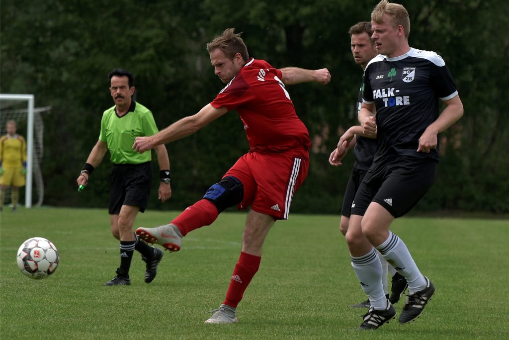 Markus Krüchting (l.), hier im Juni 2019 im Trikot des VfB Alstätte als Gegenspieler seines Bruders Alexander