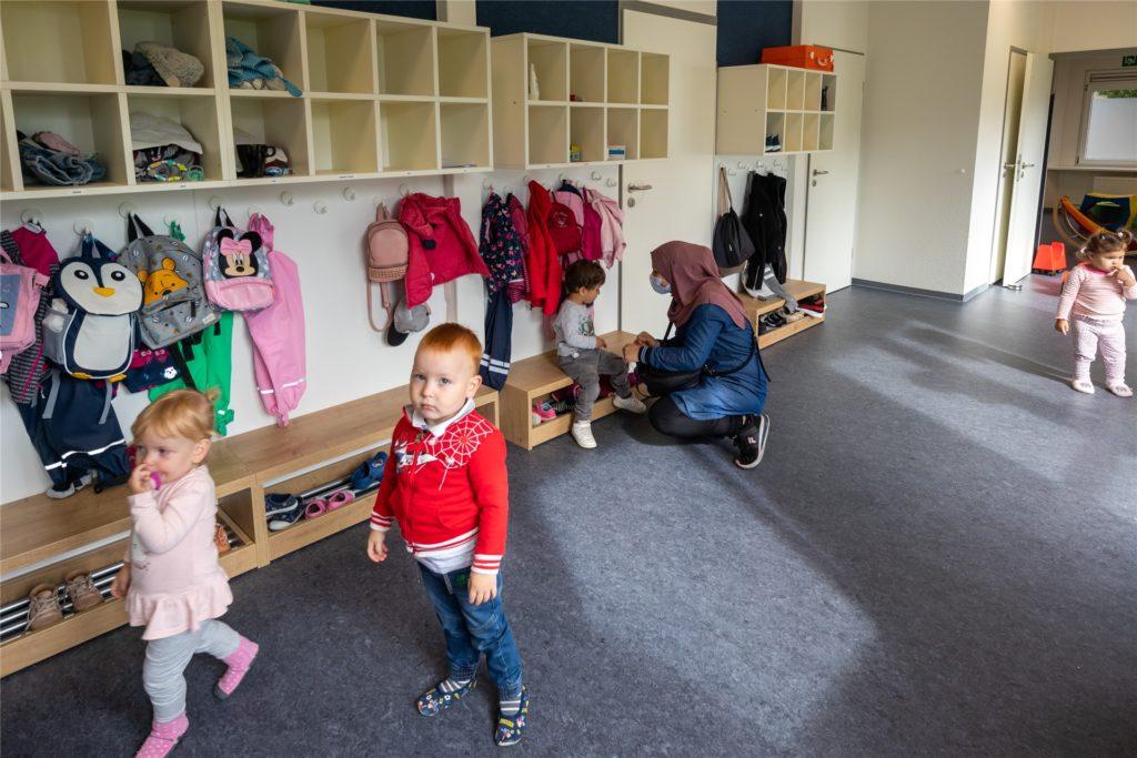 Wie in anderen Kindergärten auch: Eltern bringen ihre Kids in die Pavillon-Kita.