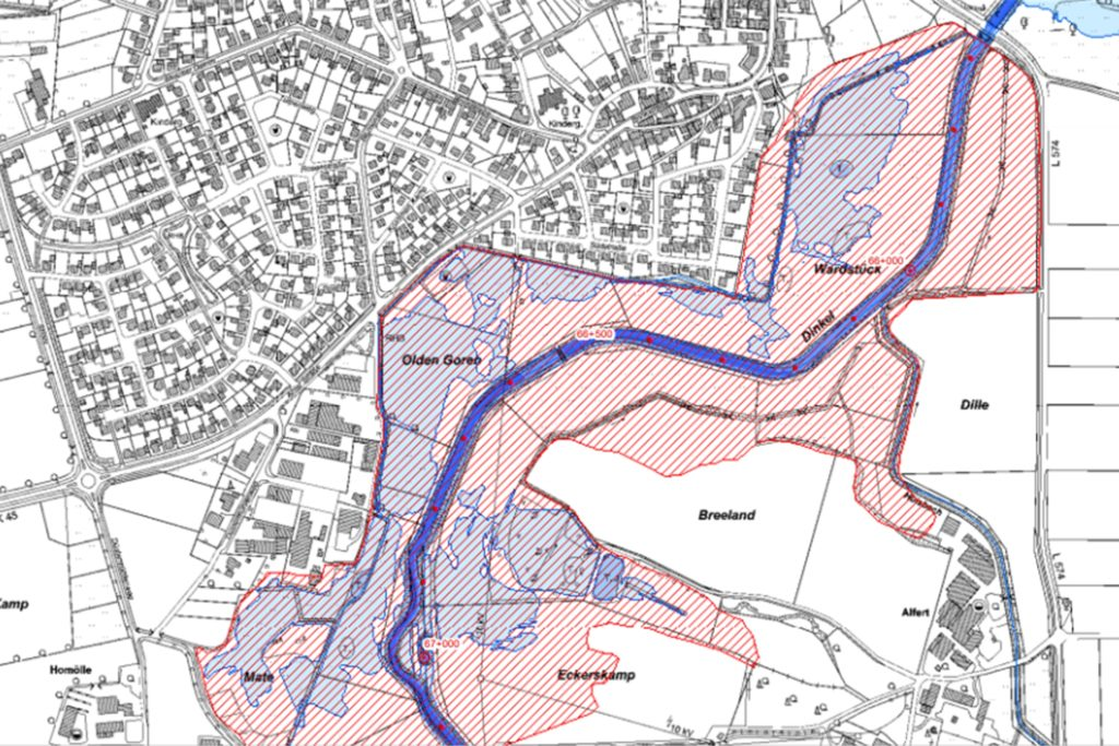 Die rot gestreifte Fläche ist der sogenannte Flutpolder. Dieses Gebiet kann gezielt geflutet werden, um Überschwemmungen an anderen Stellen zu vermeiden.