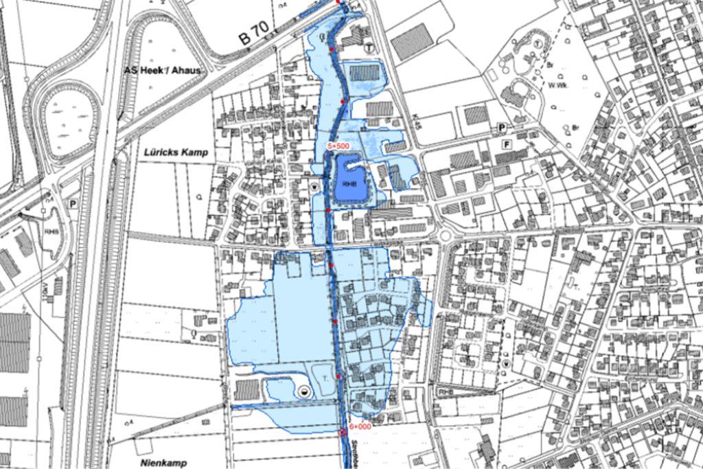 Bei einem Extremhochwasser tritt der Strothbach über die Ufer und überschwemmt die Wohnsiedlung.
