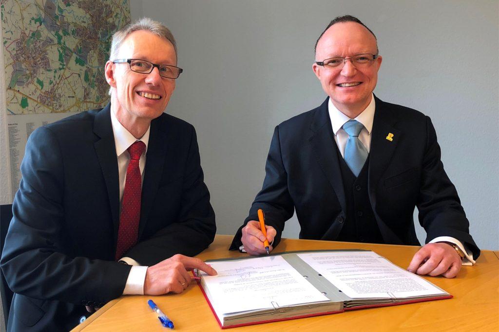 Das Archivbild zeigt den Ende des Jahres aus dem Amt scheidenden WFG-Geschäftsführer Dr. Michael Dannebom (l.) und Lünens Wirtschaftsförderer Eric Swehla 2018 bei der Unterzeichnung eines Kooperationsvertrages.