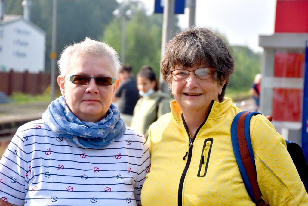 Hedwig Denno (r.) und Liane Hethke haben sich am Mittwochmorgen per Bahn von Ahaus auf den Weg nach Hessen gemacht. Für die Streiks haben die beiden Freundinnen Verständnis.