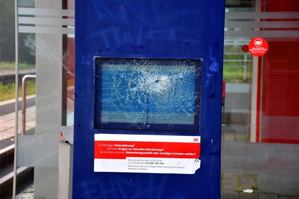 Das Display am Ahauser Bahnhof ist seit einiger Zeit zerstört. Genaue und aktuelle Fahrplaninformationen gibt es in Ahaus nur per Internet.