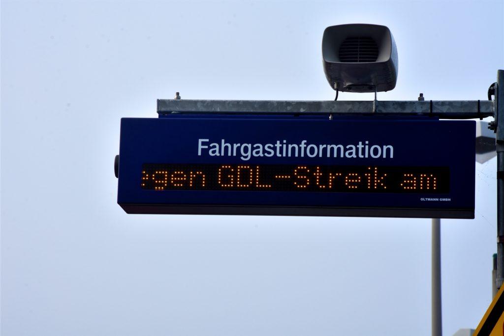 Per Laufschrift werden Reisende am Ahauser Bahnhof auf den GDL-Streik hingewiesen.