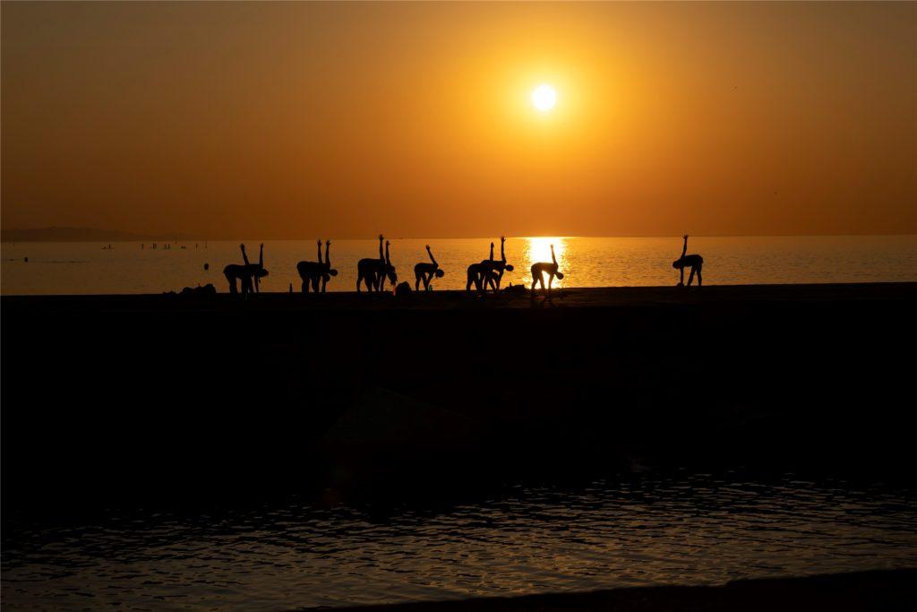 Yoga an exotischen Orten ist für viele Erholungssuchende auf den ersten Blick die ideale Kombination.