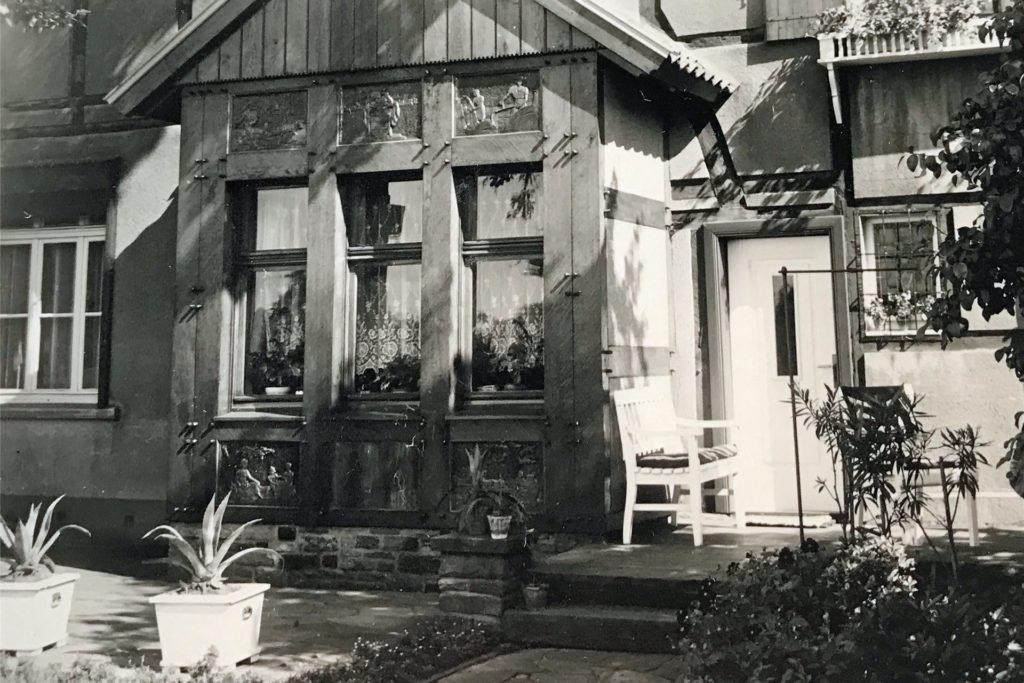 Das Wappen war an vielen Gebäuden zu finden - auch hier am Haus an der Südmauer 27. Das Foto stammt aus den 1960er Jahren.