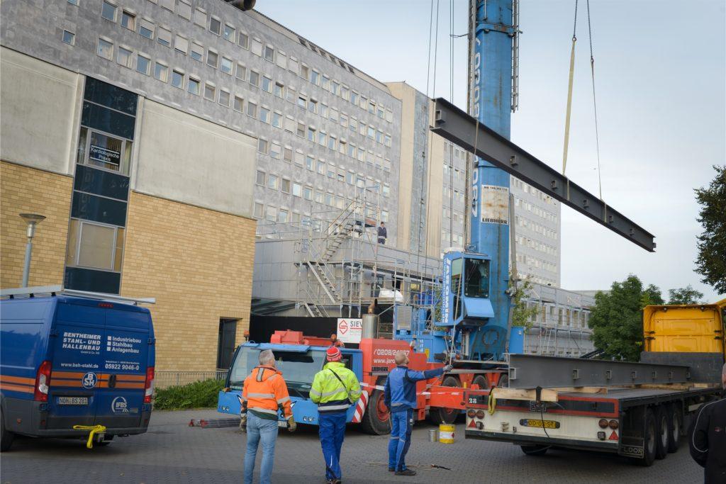 Die Träger für die Verbindungsbrücke vom Bettentrakt zum neuen Interventionszentrum des Katholischen Klinikums Lünen/Werne mussten über das Gebäude gehoben werden.