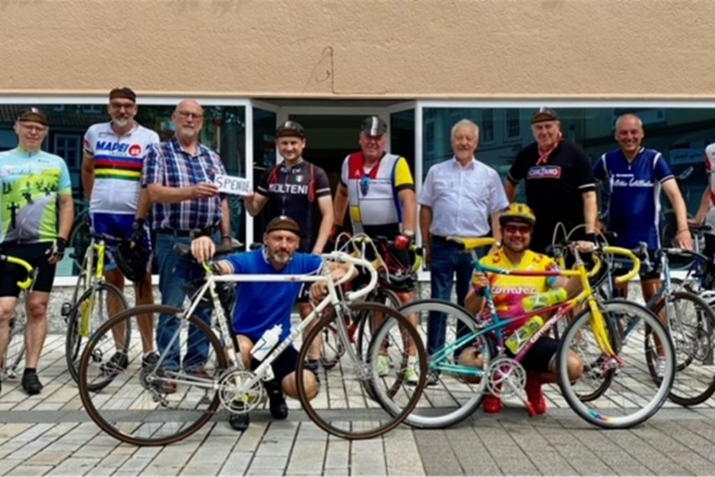 Die Mitglieder der Vintage Radgruppe bei ihrem Ausflug nach Fröndenberg. Hier die Spendenübergabe zwischen Bernd Kern (Rennradmuseum) und Stephan Braun (Initiator LCCCLUB).