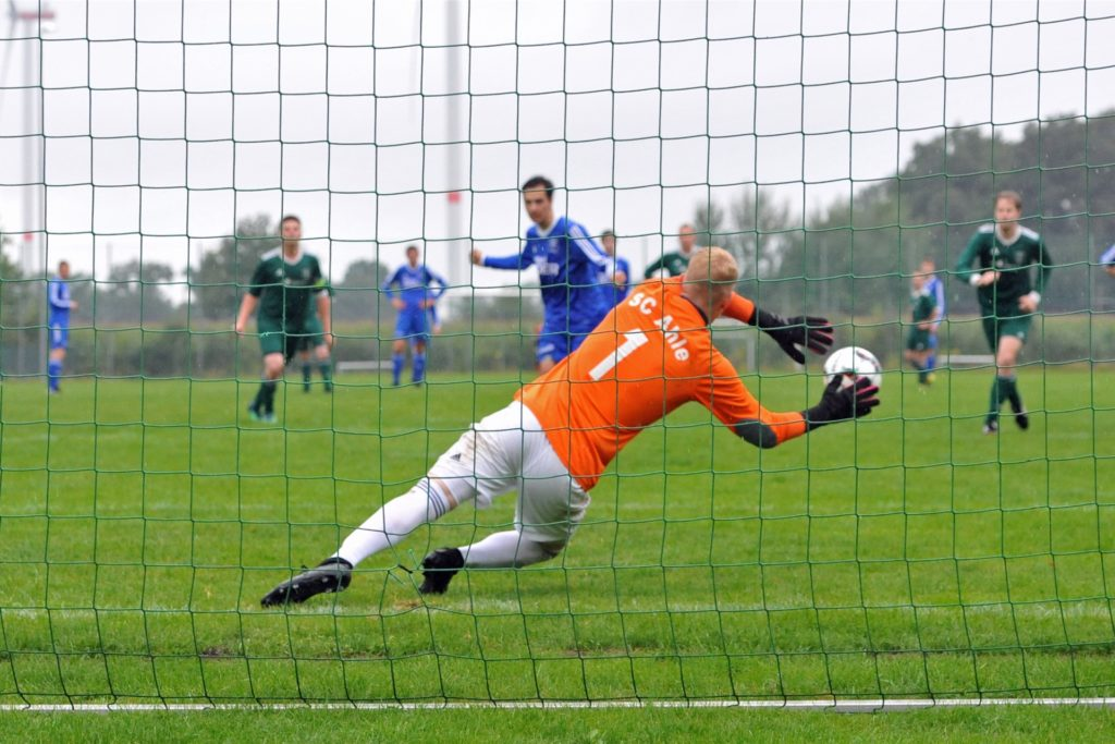 Die entscheidende Szene beim Spiel in Ahle: Justus Dreier verwandelt den Foulelfmeter für Vorwärts Lette gegen Christian Amshoff.