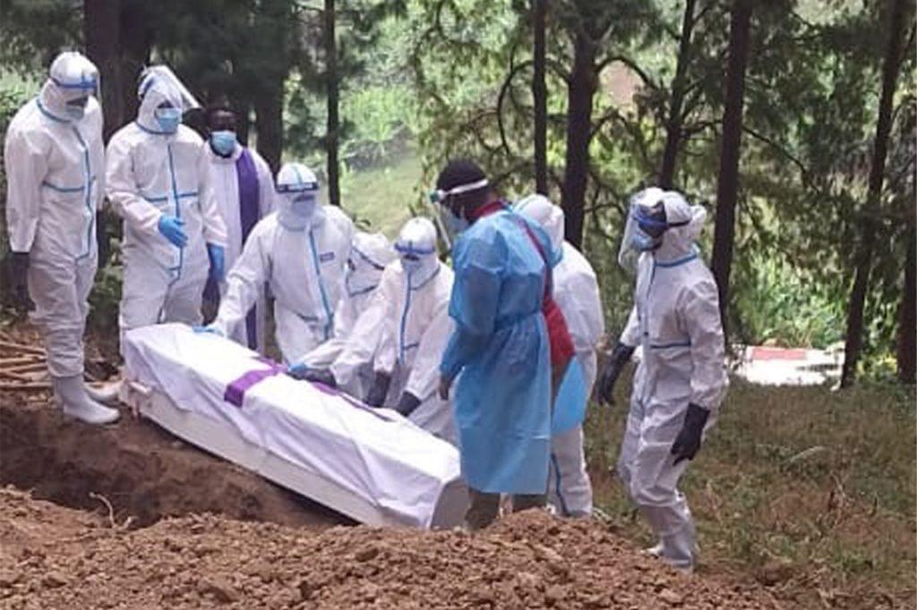Angehörige von Verstorbenen dürfen in Ruanda nicht einmal das Haus verlassen, um die Toten zu beerdigen. Deswegen muss das Krankenhaus-Personal die Toten in der Nähe der Klinik beerdigen.