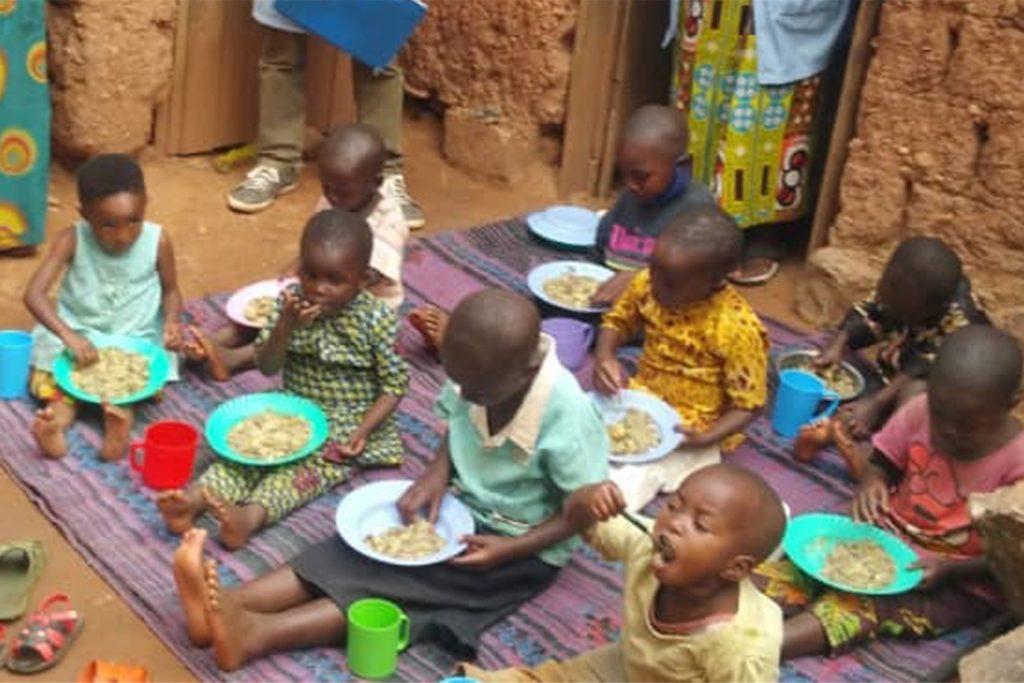 Viele Menschen in Ruanda und Uganda leiden Hunger wegen der Pandemie. Hier freuen sich einige Kinder über Nahrung, die mit Geld von Interplast gekauft wurde.
