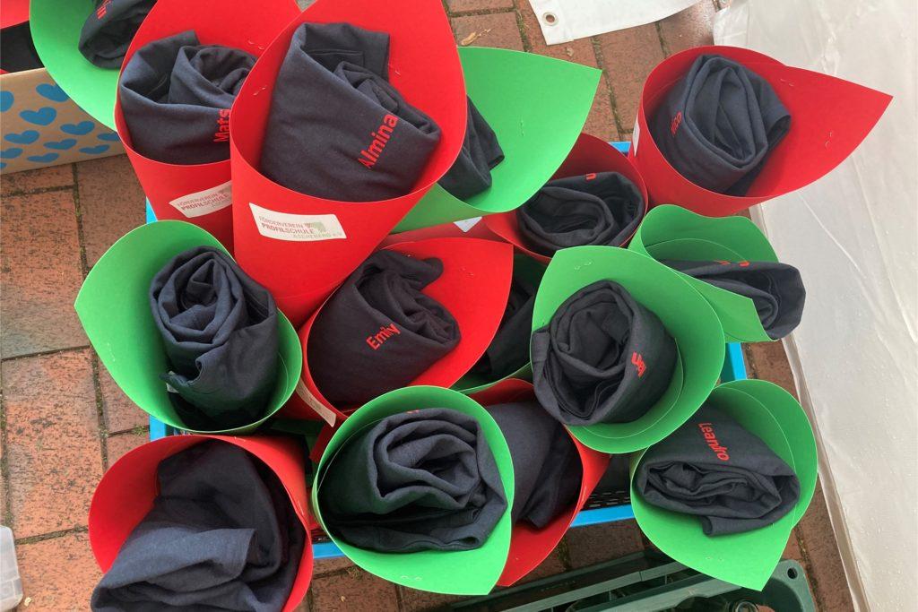 Für jedes Kind gab es eine Schultüte mit einem T-Shirt mit aufgedrucktem Namen.