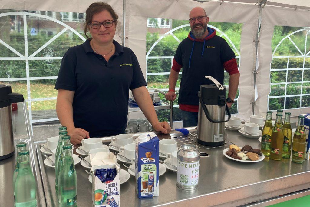 Henrietta Königskötter und Guido Friese vom Förderverein versorgten die wartenden Eltern mit Kaffee und anderen Getränken.