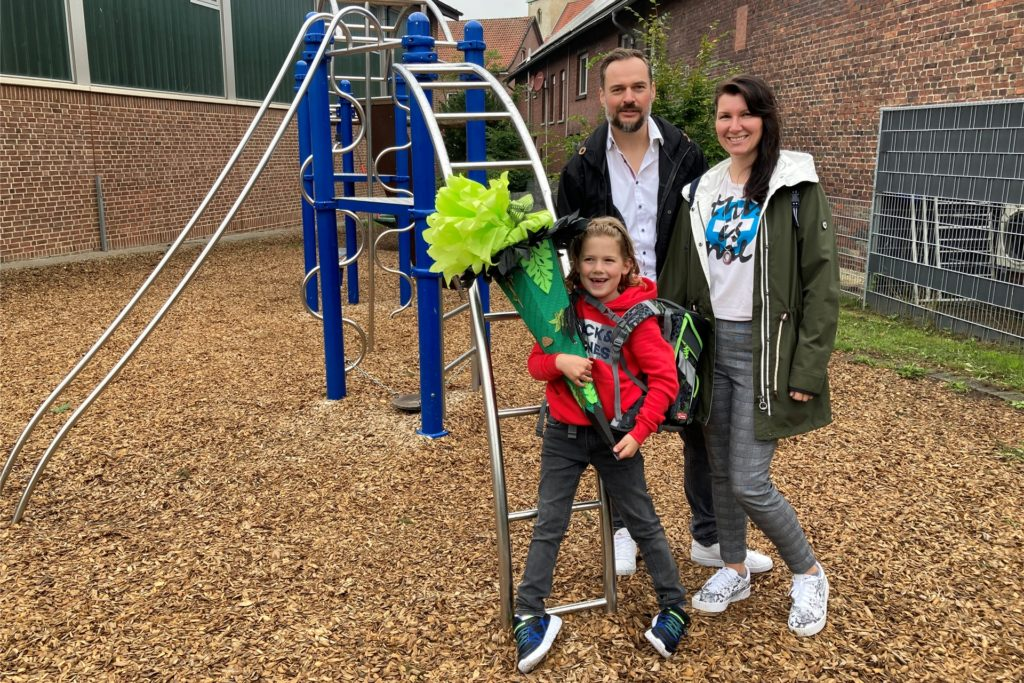 Lars und Stephanie Teschinsky feiern mit Sohn Mats die Einschulung.