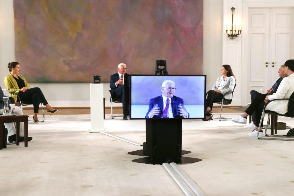 Bundespräsident Frank-Walter Steinmeier (M.) nimmt im Schloss Bellevue an der Vierten