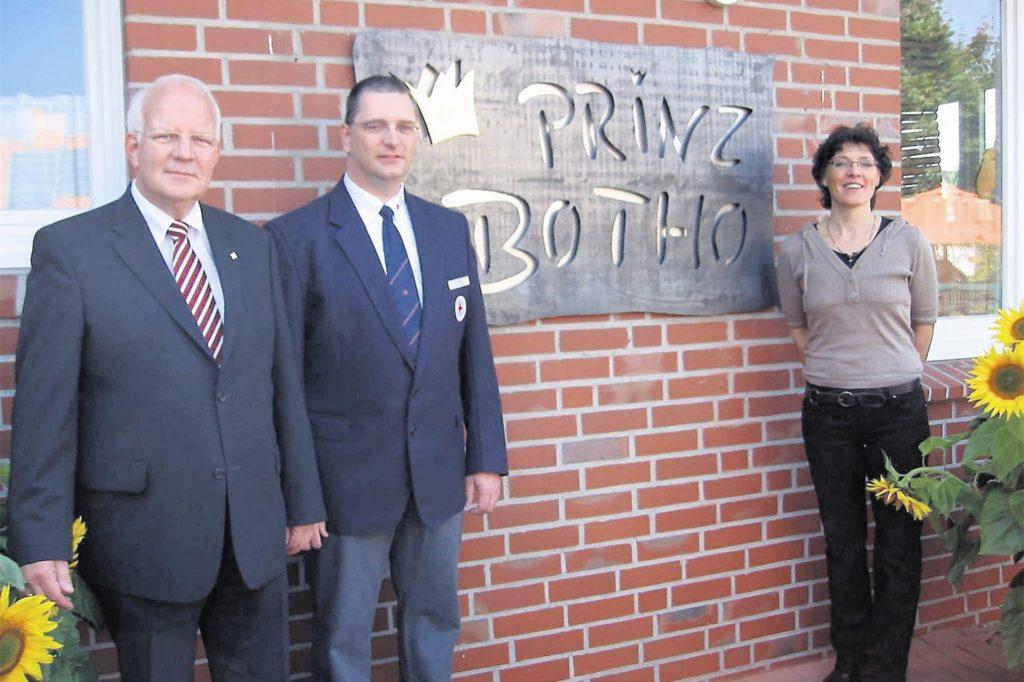 Feierlich enthüllt wurde 2008 die Tafel am Familienzentrum am Losberg, das damals nach Botho Prinz zu Sayn-Wittgenstein benannt worden wurde; im Bild der damalige Bürgermeister Helmut Könning (links), der stellvertretende DRK-Vorsitzende Peter Höing und die damalige Kita-Leiterin Cornelia Sonntag.