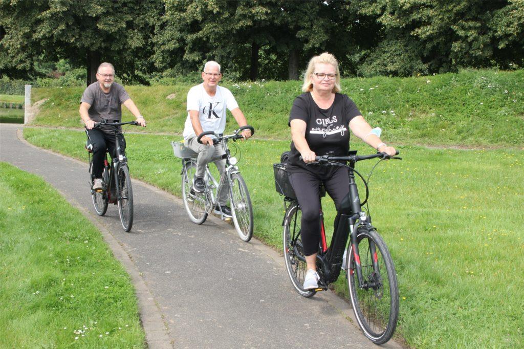 Maria und Miroslav Kreft kamen am Samstag in Begleitung von Jan Apostel (m) mit dem Fahrrad in den Seepark Horstmar.