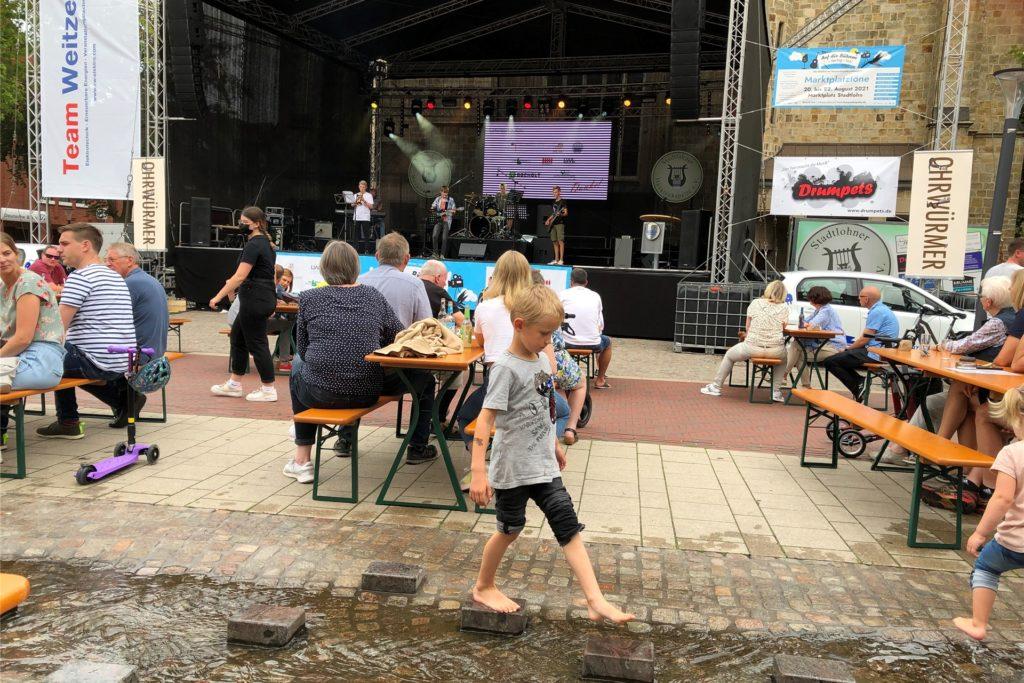 """Ein lockeres Event waren die """"Marktplatztönen"""" am Samstagnachmittag: Die Jungen Husaren und die Ensembles der Musikschule spielten auf der Bühne, viele hörten zu und genossen es, bei schönem Wetter unter Menschen zu sein."""