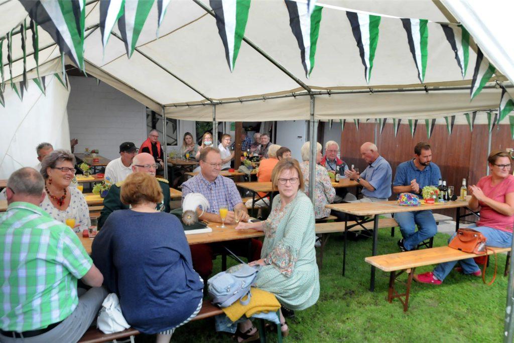 In seinem Schützengarten in der Anlage Im Reiche des Wassers feierte der Bürgerschützenverein Schwerte sein 585-jähriges Bestehen mit einem Sommerfest.