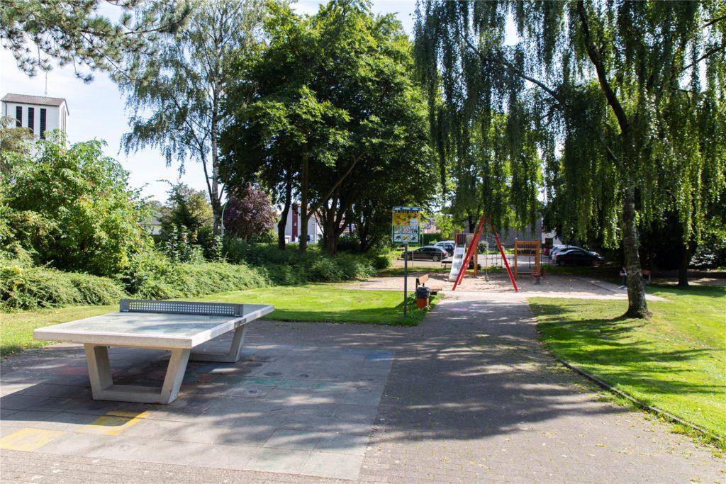 Der Spielplatz am Kirchhellener Ring befindet sich in einer Grünanlage direkt gegenüber der Evangelischen Kirche. Ein angrenzender Parkplatz und die Nähe zum Dorfkern sprechen für den Standort.