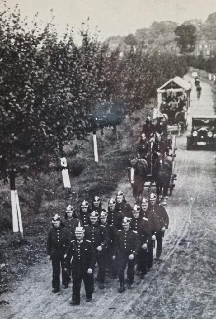 Hilfskräfte der Freiwilligen Feuerwehr transportierten 1934 einen Schlauchwagen vom Halterner Hauptbahnhof über den Hennewiger Weg.