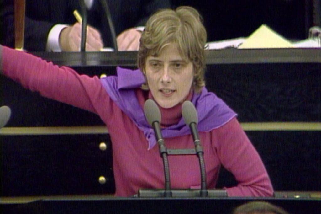 Petra Kelly (Die Grünen) 1983 bei einer Rede im Bundestag.