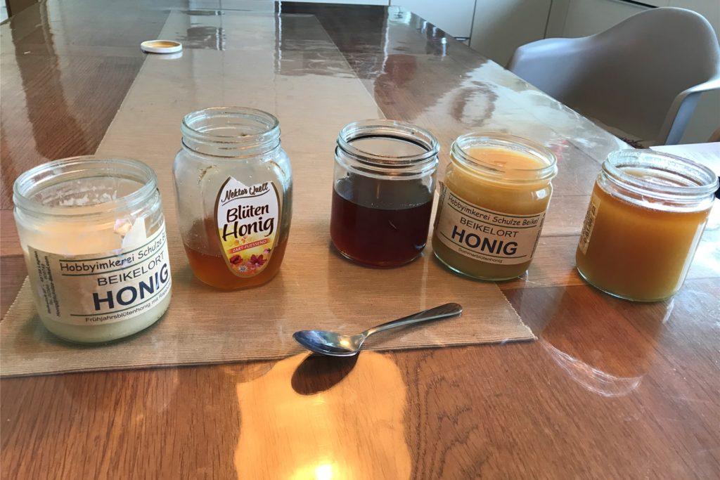 Rechts im Bild erkennt man sehr schön den überlagerten Honig, dort haben sich Zuckerkristalle abgesetzt.