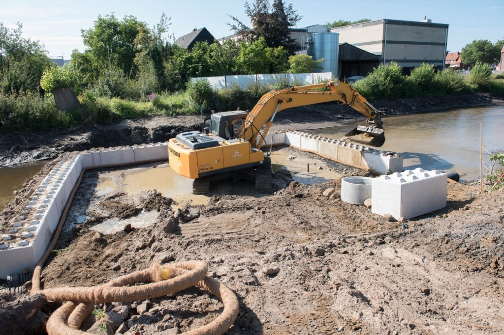 Am Mittwoch wurden zunächst die Beton-Legosteine in das Flussbett gesetzt.