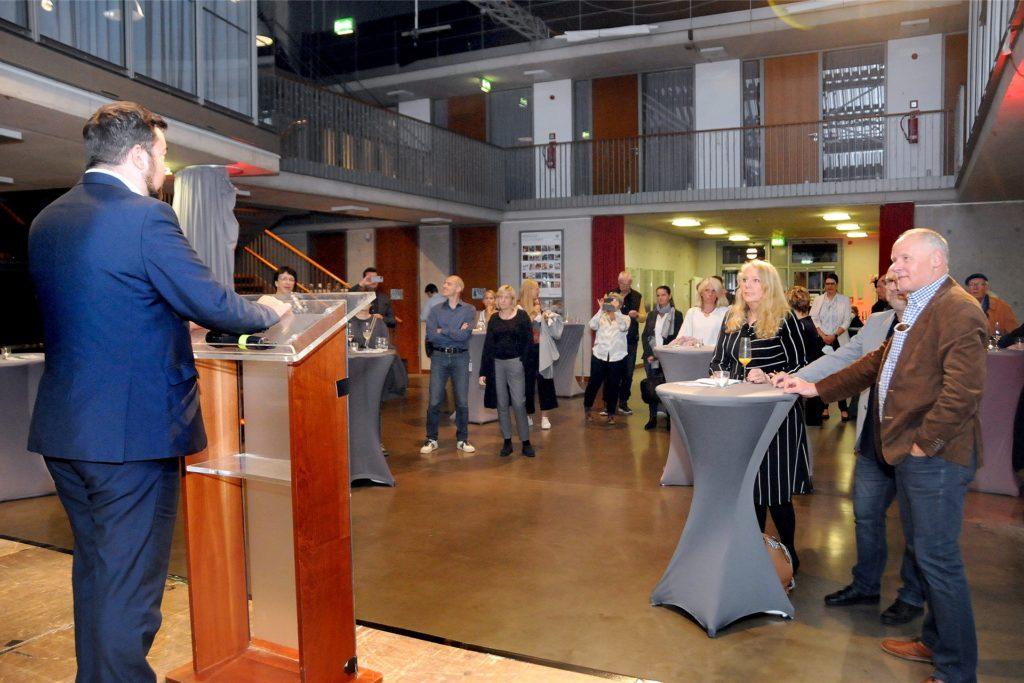 Bürgermeister Dimitrios Axourgos eröffnete das 28. Festival mit seiner Begrüßungsrede beim Empfang in der Halle 2 der Rohrmeisterei.