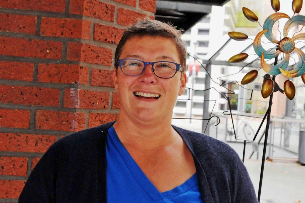 Mit Bargeld aber auch mit Karte, Silke Pomberg (51) bezahlt mit beidem.