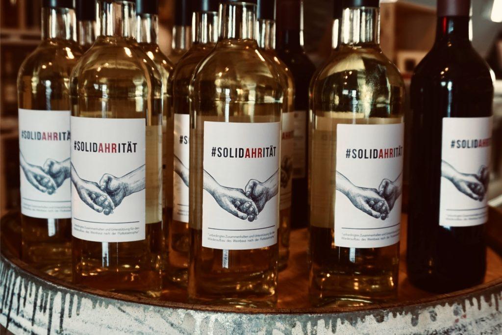 Zwei Sorten des SolidAHRitätsweins gibt es im Geschäft Weingefährten: einen Weißwein und einen Rotwein. Sie sind beide fruchtig und leicht, sagt Pauline Schulte.