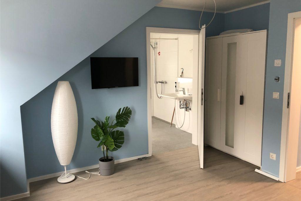 Die Zimmer für die einzelnen Bewohner verfügen bislang nur über das Nötigste. Jeder darf sich seine eigenen Möbel mitbringen