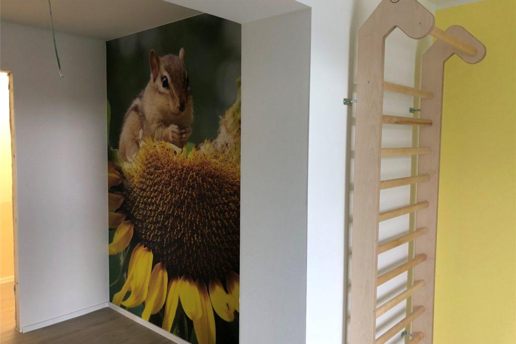 Die Flure und Aufenthaltsräume sind freundlich gestaltet und mit großformatigen Fototapeten versehen