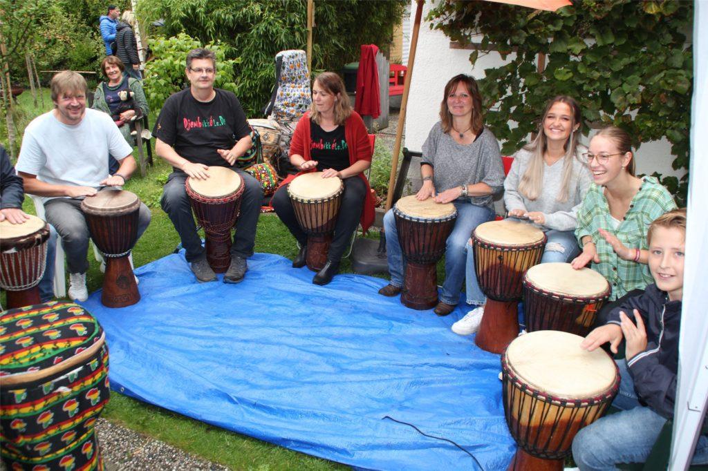 Kelsie Ruis (2.v.l.) lud die Gäste im Garten der Familie Budde zu einem Trommelworkshop ein.