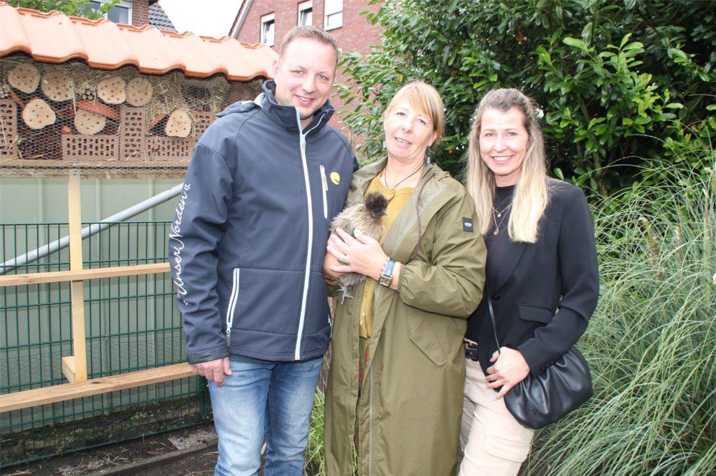 Auch das Ehepaar Thomas Sträter-Null und Tanja Sträter (r.) wagte einen Bummel durch den Garten von Andrea Budde (m). Auch ein Hühnerstall gehört zu der grünen Oase.