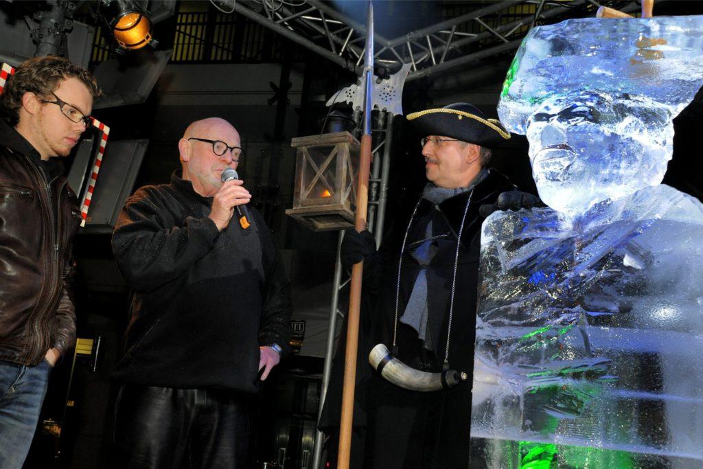 """Zuletzt hatte die Werbegemeinschaft vor elf Jahren ein Late-Night-Shopping an einem Samstag veranstaltet. Als Lockvogel lud Vorsitzender Peter Rienhöfer (v.l.) damals den Künstler Jan van Nahuijs (M.) ein, der Nachtwächter Uwe Fuhrmann (r.) als Eisskulptur """"Wächter für eine Nacht"""" gestaltete."""