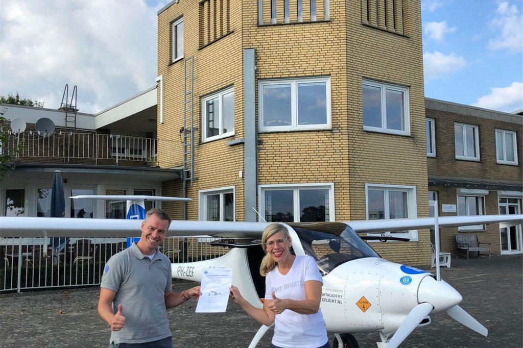Mit ihrem Fluglehrer Evert-Jan Feld freut sich Renate Thesing über ihre E-Flug-Lizenz.