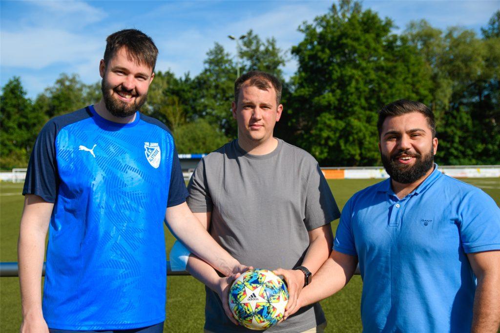Alexander Wiegers (l.) bildet gemeinsam mit Julian Bednorz und Yasin Göktürk (r.) das Trainerteam bei BW Alstedde II.