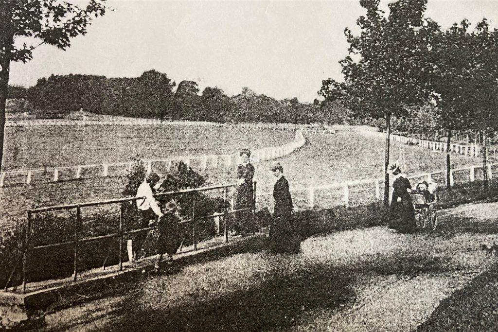 Schon zu Zeiten der alten Rennbahn an der Buschmühle hat man sich für den Rennbahnbesuch schick gemacht.